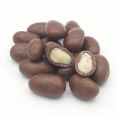 dragea de castanha do pará coberta com chocolate ao leite